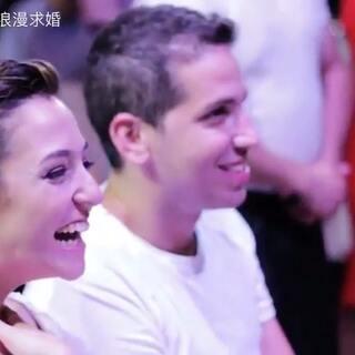 婚礼上,当这对新人正在幸福的观看亲人帮他们录制的祝福视频剪辑时,服务生不小心打翻了手里的盘子,再然后,一场惊喜随之而来!#舞蹈##婚礼##婚礼现场#更多求婚婚礼视频请关注微信公众号:一千次浪漫求婚(yqclmqh1000)观看~微博http://www.weibo.com/p/1005055617533688/home?from=page_100505&mod=TAB#place