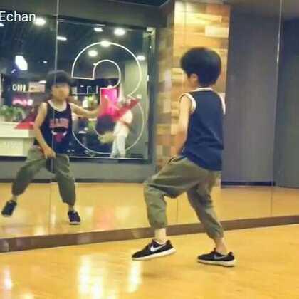 """老师昨晚发给我的视频☞""""跟着音乐🎵自编舞蹈的辰辰。"""""""