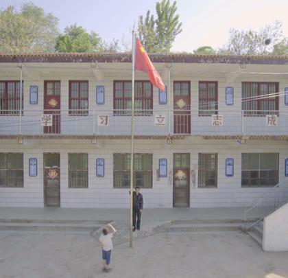【只有一个学生一个老师的学校】徐泽峰是这里唯一的老师,村里其他的孩子都去山下读书了,佳琪家里爷爷年纪大了不能送他下山,徐老师为了这一个学生也留在了深山里。佳琪说一个人上学的感受很好呀,这样我就每次都能考第一名。#二更视频##一个人的学校##公益#