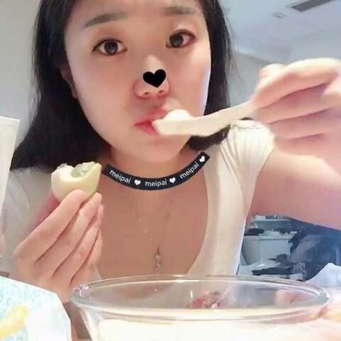 【小馋猫一饼的日常美拍】#吃秀# 吃早餐啦,豆浆,油条,...