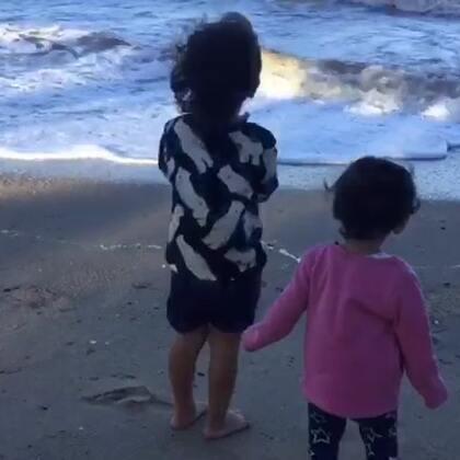 注意⚠️:音量需要调小#宝宝##棕榈湾#🌴🌴🌴欢乐颂2剧中人物谈到的棕榈湾,风大的把妹妹都快吹走了,压根站不稳😂风吹的好冷,没玩多久就走了!