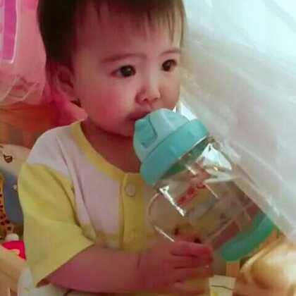 #宝宝##萌宝宝##宝宝喝水#天气热了,要给宝宝多喝水哦~