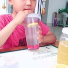 【蜂蜜柠檬汁】蜂蜜柠檬汁灵感来自于鑫鑫6岁那年夏天,他总是吵着要买甜品店的柠檬水,一杯小小的5.6块钱,一杯还不够😂可是妈妈好穷,只好自己发明了😂结果鑫鑫爱上了妈妈的柠檬水😜看多了他自己就会做了😂今天就让小帅哥教你们吧😂#蜂蜜柠檬水##大鑫鑫二硕硕#@美拍小助手 @美食频道官方号