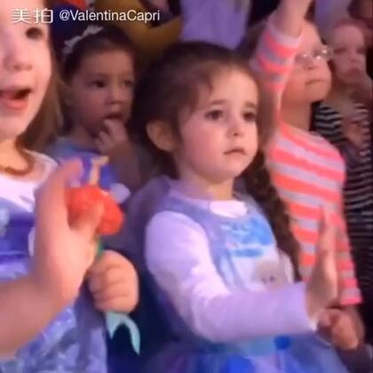 昨天带她去了她最爱冰雪奇缘主题秀场 而且是以她最爱的Alsa公主的打扮 玩儿的特别开心. 可是当说再见的时候 某个人闹了脾气 😫😭#瓦伦蒂娜卡朴蕊##宝宝#