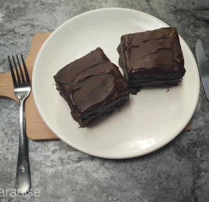巧克力抹茶千层蛋糕,友情提示,把巧克力直接铺在夹心里会更好吃,我这样做法只是想试一下。我的抹茶粉买了很久了,这颜色......也不是我想要的,大家尽量选好点的抹茶粉吧。#美食##我要上热门##网红思慕雪#