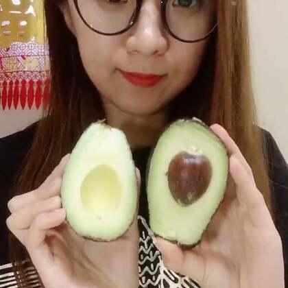 牛油果 😬我也不知道为啥爱吃这么难吃的东西 太喜欢吃了 希望亲们多多支持点赞哦 谢谢啦#吃秀##水果##热门#