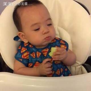 认真吃香瓜,认真看电视😬😬😬#宝宝##吃秀#