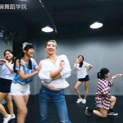红遍海内外的经典曲目《给我一个吻》复古舞蹈课间欢乐跳 ,授课老师:张秀娟。#舞蹈##我要上热门##敏雅音乐#@敏雅可乐