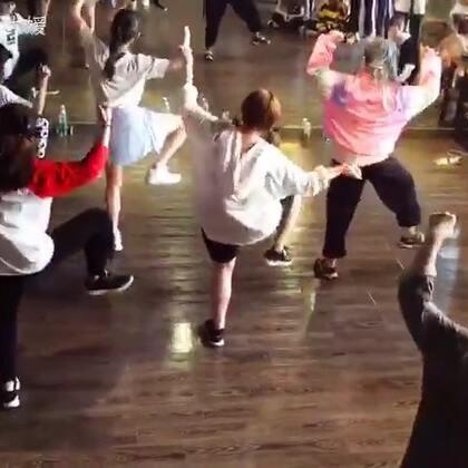翻手机突然翻到,龙菲课上被点出来跳,💃🏻💃🏻💃🏻第一天第一节课迅速记迅速忘😂只记得当时是蹦着上去的,哈哈哈哈记录一下#舞蹈#