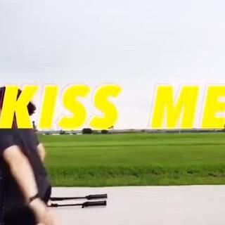 #月樂情人節## 又來了##六月是親吻情人節## 最直覺最直接的歌曲#就是大家耳熟能詳的 「KISS ME」💋 親吻對我來說是一件 非常溫暖的行動 而不限制於情人之間 親吻是屬於愛的表現 只要是心愛的人 你都值得真誠充滿感激的 獻上一吻😘😍😚 world peace - SPECIAL TKS|@我是葉柔💞 FILM|Giacomo