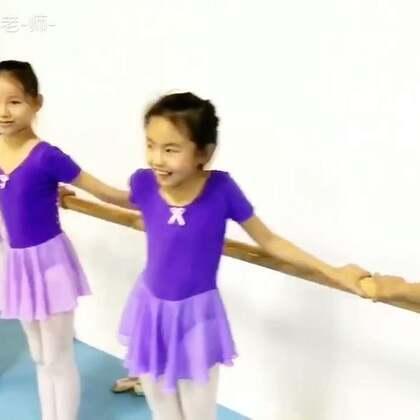 学舞蹈苦呀!可绷到抽筋孩子们依然笑着面对。因为热爱所以坚持,因为向往所以勇敢。看到这样的你们老李心里暖暖的,加油👍(脚背要如何绷,脚尖该怎么抓,握力就是这么反复不断慢慢绷出来的,老李在旁全程讲解,送给热爱舞蹈并一直在坚持的你❤)