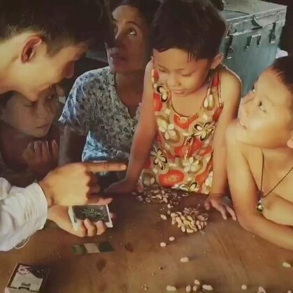 缅甸的一个小村落,这个国家的魔术师加起来可能都没有美拍这么多……真心希望大家看魔术只是为了欣赏,希望同行把魔术用在该用的地方,希望美拍可以还魔术一方净土,希望老铁们能一起抵制无下限的揭秘行为……❣