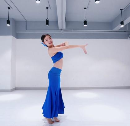 动作柔美的#傣族舞#《孔雀飞来》,芦笙声声歌声悠扬,🍉四射的舞姿传达出祥和欢乐的寓意。表演者:派澜女神-侯嘉欣老师 #舞蹈##我要上热门# @美拍小助手@舞蹈频道官方账号