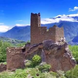 中国最美乡村。甲居藏寨。 早上的云雾非常低 伸手就能摸到云层☁️。还意外发现了一个古老碉楼#航拍##带着美拍去旅行##丹巴甲居藏寨#