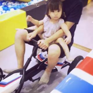 和爸爸一起踩单车🚲#宝宝##萌宝宝#
