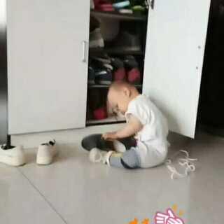 研究半天,看出什么猫腻了吗😂#宝宝##我家轩哥#
