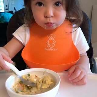 #混血儿##吃货伊伊# 麻麻窝在家学习了两天周末… 没得去买菜 就简单的家里有的虾蛋炒饭(饭里有碎洋葱玉米青豆) 配炒冬瓜片(她后面没有想吃了) 2y+3m