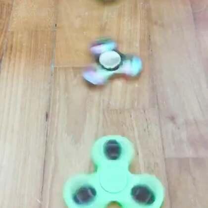 最近国内外都很火的一个小玩具,指尖陀螺 fidget spinner。momo特别喜欢,我感觉在Tsum tsum 之后,她又要开始收集这个玩具了😂#mo玩耍#