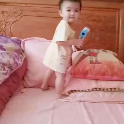 #宝宝##萌宝宝##宝宝走路的姿势真可爱#大家早上好呀,一只小虾米正摇摇晃晃地向你们走来😜😜😜