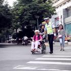 在不敢扶老奶奶过马路的社会,这个交警为大家树起了榜样!#正能量##男神##西安#