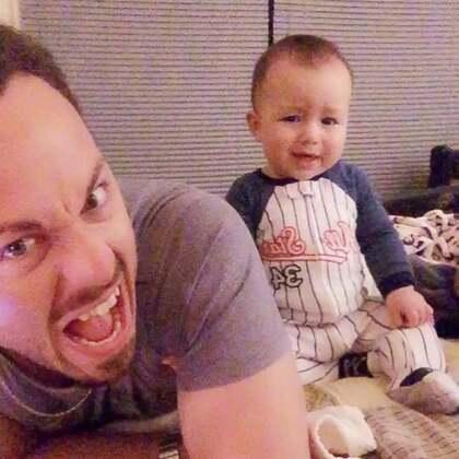 今天寶寶滿10個月,本來還在幫爸比按摩準備錄下來...結果卻錄到暴打爸比😂😂😂 可憐的爸比