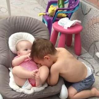 """我睡觉啦,晚安,国内的你们 """"早上好""""😛😛#宝宝##nacho26个月多##miguel4个月多#"""