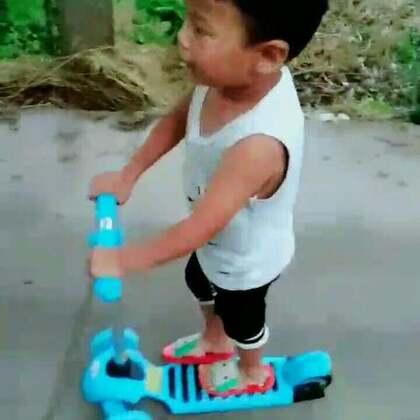 #美拍运动季##宝宝##运动#下过雨☔过后,好凉快,到院后面兜兜风,️本来给妹妹买的滑滑车 ,他是一天到晚的玩😜😜😜