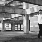 当音乐缺席,城市的喧嚣与舞者的静默形成了一种奇妙的磁场,于聒噪中寻一份坚定;当#音乐#响起,一盆凉水泼醒了那个桀骜张扬的灵魂,充满力量的舞姿让黑白画面也变得不再沉闷!单色导师马飞原创#编舞##拉丁舞#