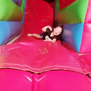 小熊妹妹玩充氣城堡玩瘋了 #3歲2個月##寶寶#