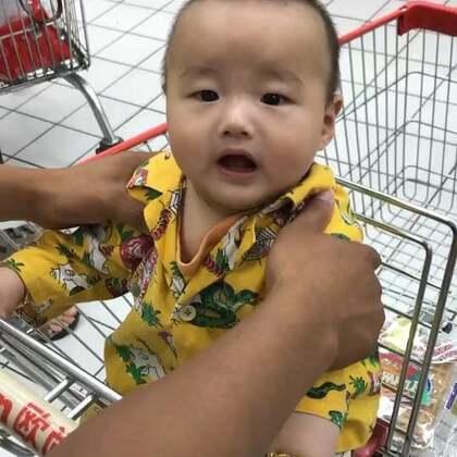 #宝宝成长记录#今天第一次#宝宝逛超市#感觉蒙圈了,东看看西看看的、感觉好多人好多东西呀