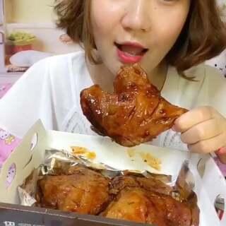 夜毒来啦~😍今天吃bbq大鸡腿🍗饿的时候吃太香啦~😆前半段又是因为故障后配的音~😂这个夜毒虽然有点晚,但是毒性肯定很强!哇哈哈~😄爱吃大鸡腿🍗的你在哪里?🙋🏻#吃秀##我要上热门##韩国美食#