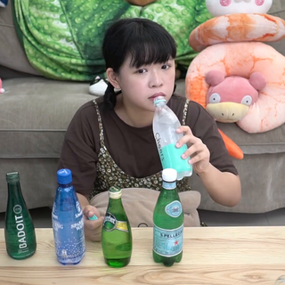 日韓最近也開始流行喝氣泡水,零熱量但是又可以滿足想喝汽水的心!是減肥的小幫手喔喔~~~ ▪︎ ▪︎ ▪︎ ▪︎ ▪︎ ▪︎ ▪︎ ▪︎ ▪︎ ▪︎ ▪︎ 沒喝過氣泡水的人第一次可能會不習慣覺得很苦很難喝 但喝久了就可以喝出差別,想戒掉飲料的人可以試試看:) #開箱##試吃##氣泡水#