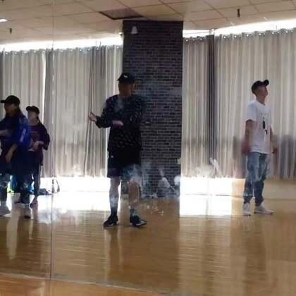 #KingSoul# 课堂记录 音乐:特别的人 编舞:我 中文歌跳舞比较cool 至于镜子为什么是这样 因为上几节课的小朋友对镜子太好奇 😂#舞蹈##男神#