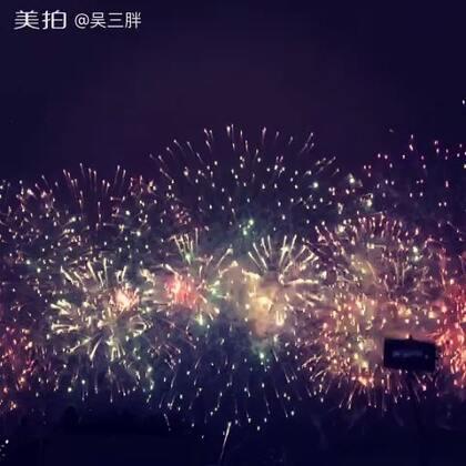 今天维多利亚港的周年大烟花阿,烟花一放把雨震到了人群里,顶着暴雨录像😂