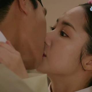 一个索吻,一个拥吻,互撩??? #扑通扑通的小心跳##七日的王妃##韩剧#