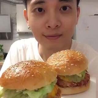 自己也能做出餐厅里的汉堡??当然没问题。教程请看:http://www.meipai.com/media/798624148 #吃秀# #白眼吃货日常# 我替你们尝了😝