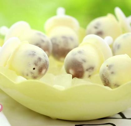 今天分享的【 红豆牛奶冰 】也是很多人喜欢吃的口味。这次的配方里加了鸡蛋,会跟大家分享鸡蛋杀菌的方法,还有蜜红豆的制作。上期中奖名单已经公布在微博,这期福利是在(转+评+赞)中抽1位送同款硅胶模具1套,微博开奖。#木籽食语##美食##花样冰淇淋#微博:木籽食语。微信公众号:foodmzsy