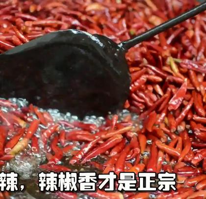 带你看看安徽#地方美食#牛肉板面的制作工艺👍油要现炼羊油;香料是纯天然的;肉是鲜的黄牛肉;辣椒要选饱满的。这样做出的底料才叫过瘾。可以煮面、烫菜、炒菜、砂锅#美食#😍https://item.taobao.com/item.htm?spm=a1z09.5.0.0.366ca24bKkzDVl&id=554839865143&_u=cugt59d49bd转评点赞抽5名送试吃哦😱😱