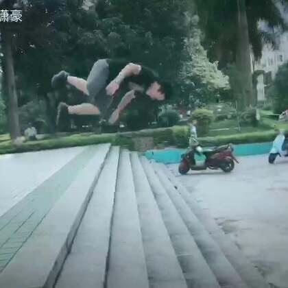 李潇豪&李通 7月跑酷&freerunning作品 在根据地形来做动作 我一直追求行云流水的动作 还要努力练习!#我要上热门@美拍小助手#
