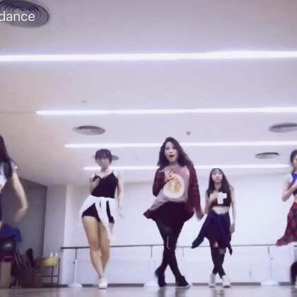 更新一个舞蹈课程日常👻红房子jojo编舞~每次跳jojo的舞都甩的超爽😆😆有没有找到我!!🙃🙃刚学动作不完美,学完后更新完整版#舞蹈##我要上热门#@美拍小助手 #敏雅音乐#@敏雅可乐 @舞蹈频道官方账号