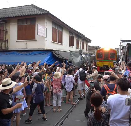 泰国最危险的菜市场,火车直接从人群中驶过!@阿葩罩爷@Adacrew陈鹭宏 #hi走啦##带着美拍去旅行##男神#