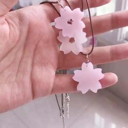 🌸预告🌸 神奇的变色樱花项链。教程视频还在编辑中₍₍ (ง ˙ω˙)ว ⁾⁾ 编辑好就发~预计明天! 你喜欢白樱还是粉樱呢?我知道,你一定是最喜欢我!🌸