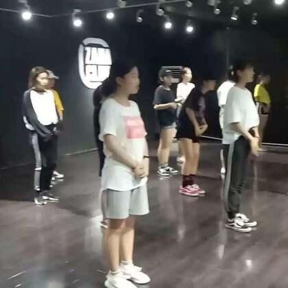 """毛毛老师JAZZ提高班@陆毛仔 。毛毛老师带着她的""""孩儿们""""上课的时候真的很认真👀👀,嗨的时候超级嗨休息的时候😂😂😂#热门##西安街舞##嘉禾舞蹈工作室#"""