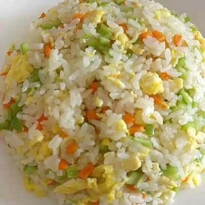 #美食##家常菜##我要上热门#蛋炒饭,红烧肉烩园白菜,拌生菜,简单的午饭。