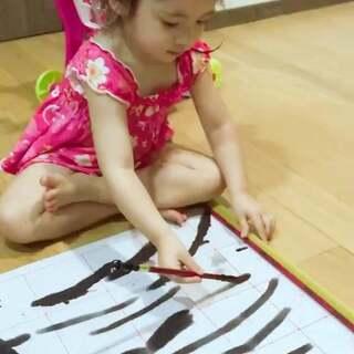 可以开始教她画国画啦😊在男闺蜜家用这个纸,拿水就能画,干了后继续使用,太棒的产品!果断入!#宝宝#