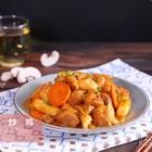 春川辣炒鸡是一种很随意的小吃,将腌制好的鸡肉搭配洋葱、卷心菜、胡萝卜等各种自己喜欢的食材,一起放在铁板上现炒现吃。高温的铁板可以让酱料迅速渗透进食材里,腌制过的鸡肉肉质软嫩,还有爽口的蔬菜和劲道的年糕,不费力就能吃到丰富又满足的一餐。 #家常菜##韩式料理##炒鸡#