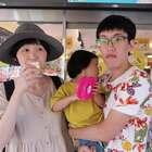 帶小孩出門又熱又渴?我們家爸爸都這樣找試喝...😂😂😂 我們的微博開通啦:http://www.weibo.com/momanddad 歡迎來關注我們! #逗比##搞笑##寶寶#