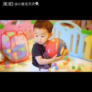 最近又开始翻牌他的球球了,已经被冷漠在角落好几个礼拜🙄 #萌宝宝##宝宝成长日记#
