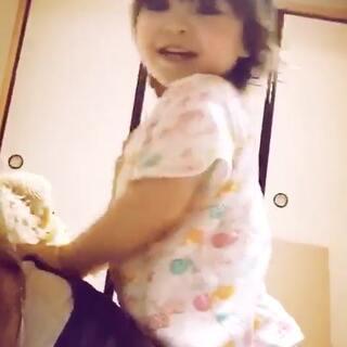 孝顺从宝宝做起,每次我趴着躺着女儿都来给我按摩两下,虽然才一岁半但是力道很大!#宝宝##可爱宝宝#