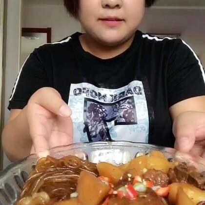 #吃秀#今天做了排骨土豆炖粉条,买排骨的时候我专挑脆骨多的地方买的,放点土豆,土豆炖好特别的面呼,又放点粉条,粉条炖的都有排骨味了😂😂😂
